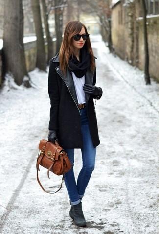 Wie kombinieren: schwarzer Mantel, weißes T-Shirt mit einem Rundhalsausschnitt, blaue enge Jeans, dunkelgraue Wildleder Stiefeletten