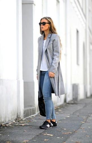 Grauer Mantel Weißes T Shirt Mit Einem Rundhalsausschnitt Blaue
