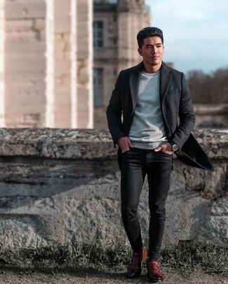 Graues T-Shirt mit einem Rundhalsausschnitt kombinieren – 1128+ Herren Outfits: Erwägen Sie das Tragen von einem grauen T-Shirt mit einem Rundhalsausschnitt und schwarzen engen Jeans für einen entspannten Wochenend-Look. Fühlen Sie sich mutig? Entscheiden Sie sich für braunen Doppelmonks aus Leder.
