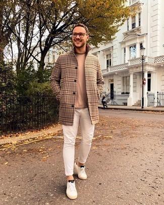 Weiße und schwarze Segeltuch niedrige Sneakers kombinieren – 500+ Herren Outfits: Vereinigen Sie einen camel Mantel mit Hahnentritt-Muster mit weißen engen Jeans für einen bequemen Alltags-Look. Fühlen Sie sich ideenreich? Entscheiden Sie sich für weißen und schwarzen Segeltuch niedrige Sneakers.