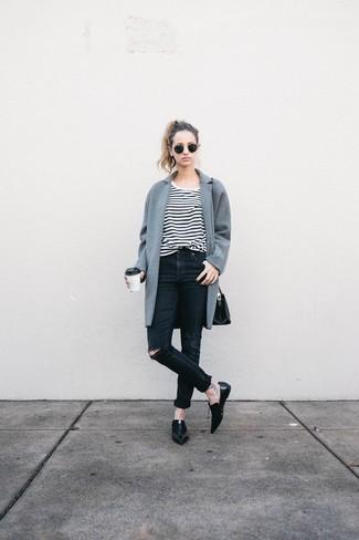 Die Kombination von einem grauen Mantel und schwarzen engen Jeans mit Destroyed-Effekten erlaubt es Ihnen, Ihren Freizeitstil klar und einfach zu halten. Schwarze Leder Slipper putzen umgehend selbst den bequemsten Look heraus.