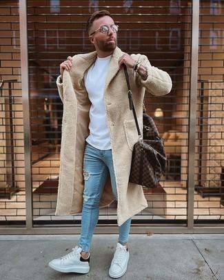 Taschen kombinieren – 500+ Herren Outfits: Für ein bequemes Couch-Outfit, paaren Sie einen beigen Mantel mit Taschen. Vervollständigen Sie Ihr Look mit weißen und schwarzen Leder niedrigen Sneakers.