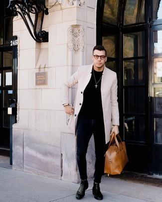 Schwarzes T-Shirt mit einem Rundhalsausschnitt kombinieren – 500+ Herren Outfits: Kombinieren Sie ein schwarzes T-Shirt mit einem Rundhalsausschnitt mit dunkelblauen engen Jeans für einen entspannten Wochenend-Look. Fühlen Sie sich ideenreich? Komplettieren Sie Ihr Outfit mit schwarzen Chelsea Boots aus Leder.
