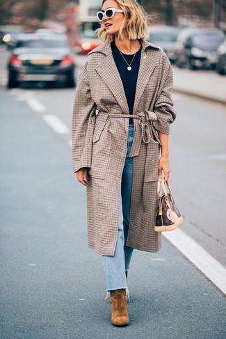 Wie kombinieren: brauner Mantel mit Schottenmuster, schwarzes T-Shirt mit einem Rundhalsausschnitt, hellblaue Jeans, beige Wildleder Stiefeletten
