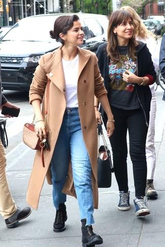 Wie kombinieren: hellbeige Mantel, weißes T-Shirt mit einem Rundhalsausschnitt, blaue Jeans, schwarze flache Stiefel mit einer Schnürung aus Wildleder