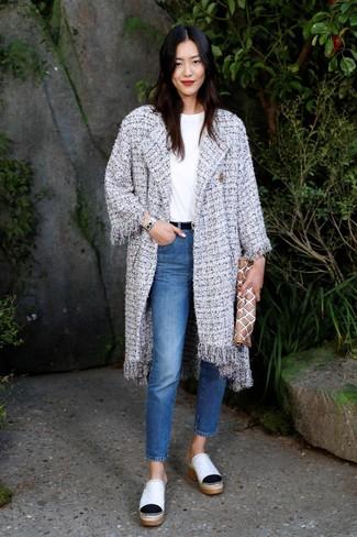 Arbeitsreiche Tage verlangen nach einem einfachen, aber dennoch stylischen Outfit, wie zum Beispiel ein grauer tweed mantel und blaue jeans. Setzen Sie bei den Schuhen auf die klassische Variante mit weißen leder pantoletten für damen von Moschino.