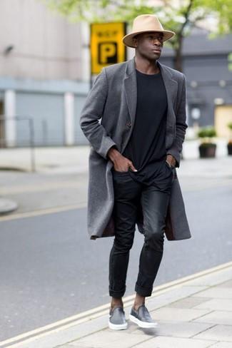 Wie kombinieren: grauer Mantel, schwarzes T-Shirt mit einem Rundhalsausschnitt, schwarze Jeans, schwarze Slip-On Sneakers aus Leder
