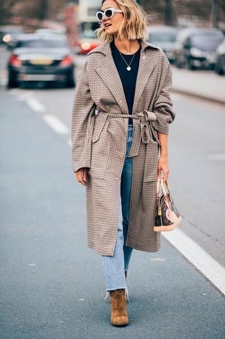 Wie kombinieren: brauner Mantel mit Karomuster, dunkelblaues T-Shirt mit einem Rundhalsausschnitt, hellblaue Jeans, braune Wildleder Stiefeletten
