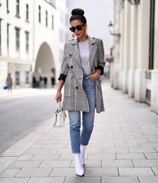 Hellblaue Jeans kombinieren: trends 2020: Kombinieren Sie einen grauen Mantel mit Schottenmuster mit hellblauen Jeans, um einen super lässigen aber modischen Look zu erzeugen. Ergänzen Sie Ihr Look mit weißen Leder Stiefeletten.