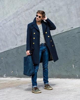 Wie kombinieren: dunkelblauer Mantel, weißes und dunkelblaues horizontal gestreiftes T-Shirt mit einem Rundhalsausschnitt, blaue Jeans, olivgrüne Lederfreizeitstiefel