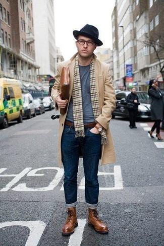 Wie kombinieren: camel Mantel, graues T-Shirt mit einem Rundhalsausschnitt, dunkelblaue Jeans, braune Brogue Stiefel aus Leder