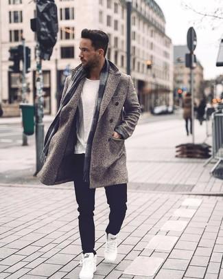 Weiße hohe Sneakers kombinieren: trends 2020: Tragen Sie einen grauen Mantel mit Karomuster und schwarzen Jeans für einen für die Arbeit geeigneten Look. Warum kombinieren Sie Ihr Outfit für einen legereren Auftritt nicht mal mit weißen hohen Sneakers?