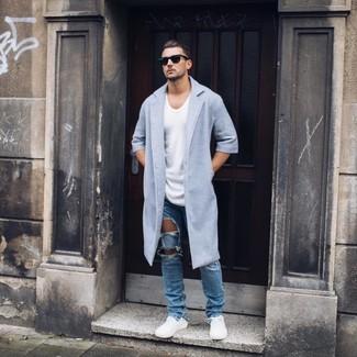 Wie kombinieren: hellblauer Mantel, weißes T-Shirt mit einem Rundhalsausschnitt, blaue Jeans mit Destroyed-Effekten, weiße niedrige Sneakers