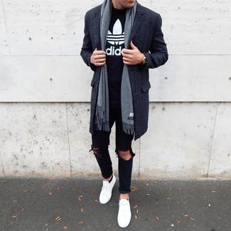 Wie kombinieren: dunkelgrauer Mantel, schwarzes und weißes bedrucktes T-Shirt mit einem Rundhalsausschnitt, schwarze Jeans mit Destroyed-Effekten, weiße niedrige Sneakers