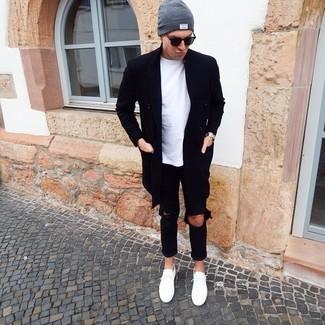 Wie kombinieren: schwarzer Mantel, weißes T-Shirt mit einem Rundhalsausschnitt, schwarze Jeans mit Destroyed-Effekten, weiße niedrige Sneakers