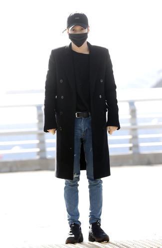 Schwarzen Mantel kombinieren: trends 2020: Die Kombination von einem schwarzen Mantel und blauen Jeans mit Destroyed-Effekten erlaubt es Ihnen, Ihren Freizeitstil klar und einfach zu halten. Suchen Sie nach leichtem Schuhwerk? Wählen Sie schwarzen Segeltucharbeitsstiefel für den Tag.