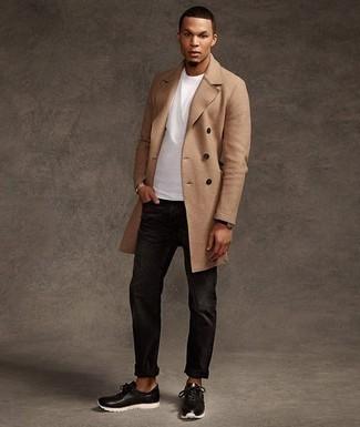 Camel Mantel kombinieren: trends 2020: Tragen Sie einen camel Mantel und schwarzen Jeans, um einen eleganten, aber nicht zu festlichen Look zu kreieren. Wenn Sie nicht durch und durch formal auftreten möchten, komplettieren Sie Ihr Outfit mit schwarzen und weißen Sportschuhen.