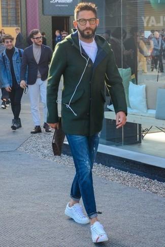 Jeans kombinieren: trends 2020: Erwägen Sie das Tragen von einem dunkelgrünen Mantel und Jeans für ein Alltagsoutfit, das Charakter und Persönlichkeit ausstrahlt. Suchen Sie nach leichtem Schuhwerk? Wählen Sie weißen Leder niedrige Sneakers für den Tag.