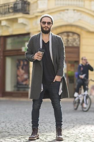 Herren Outfits & Modetrends 2020 für Winter: Tragen Sie einen grauen Mantel und dunkelgrauen Jeans, wenn Sie einen gepflegten und stylischen Look wollen. Eine dunkelbraune Lederfreizeitstiefel sind eine gute Wahl, um dieses Outfit zu vervollständigen. Dieser Look  ist für den Winter einfach toll.