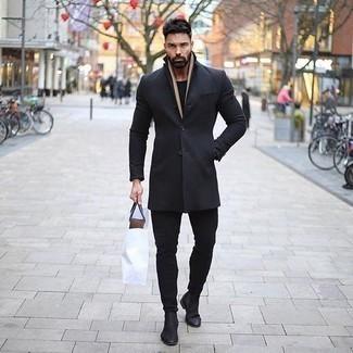 Schwarzen Mantel kombinieren: trends 2020: Ein schwarzer Mantel und schwarze Jeans sind eine großartige Outfit-Formel für Ihre Sammlung. Putzen Sie Ihr Outfit mit schwarzen Chelsea Boots aus Wildleder.
