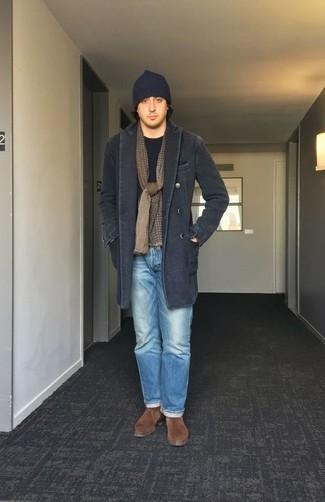 Hellblaue Jeans kombinieren – 22 Winter Herren Outfits: Die Paarung aus einem dunkelgrauen Mantel und hellblauen Jeans ist eine großartige Wahl für einen Tag im Büro. Fühlen Sie sich mutig? Komplettieren Sie Ihr Outfit mit braunen Chukka-Stiefeln aus Wildleder. Ein schönes Winter-Outfit.