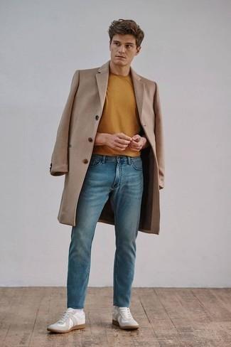 Rotbraunes T-Shirt mit einem Rundhalsausschnitt kombinieren – 68 Herren Outfits: Kombinieren Sie ein rotbraunes T-Shirt mit einem Rundhalsausschnitt mit blauen Jeans für ein großartiges Wochenend-Outfit. Weiße Segeltuch niedrige Sneakers sind eine großartige Wahl, um dieses Outfit zu vervollständigen.