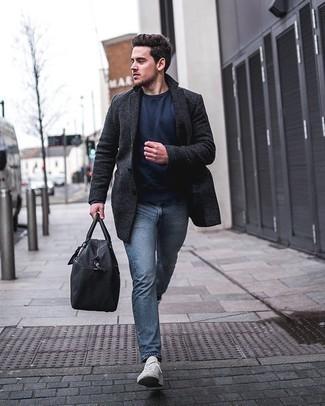 Dunkelgrauen Mantel kombinieren – 500+ Herren Outfits: Tragen Sie einen dunkelgrauen Mantel und hellblauen Jeans für einen für die Arbeit geeigneten Look. Wählen Sie die legere Option mit weißen Segeltuch niedrigen Sneakers.