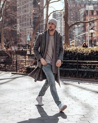 Grauen Schal kombinieren – 460 Herren Outfits: Tragen Sie einen dunkelgrauen Mantel mit Schottenmuster und einen grauen Schal für einen entspannten Wochenend-Look. Weiße hohe Sneakers aus Segeltuch sind eine großartige Wahl, um dieses Outfit zu vervollständigen.