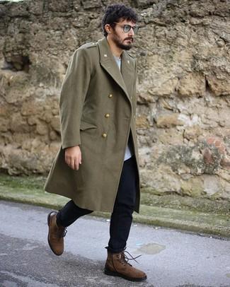 olivgrüner Mantel, graues T-Shirt mit einem Rundhalsausschnitt, dunkelblaue Jeans, braune Wildlederfreizeitstiefel für Herren