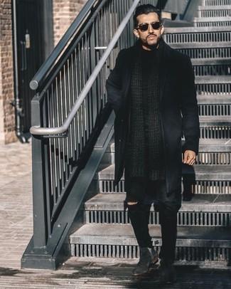 Schwarzen Mantel kombinieren – 500+ Herren Outfits: Die Kombination von einem schwarzen Mantel und schwarzen Jeans mit Destroyed-Effekten erlaubt es Ihnen, Ihren Freizeitstil klar und einfach zu halten. Schwarze Chelsea Boots aus Wildleder bringen klassische Ästhetik zum Ensemble.