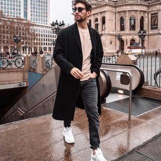Sonnenbrille kombinieren – 500+ Herren Outfits: Entscheiden Sie sich für einen schwarzen Mantel und eine Sonnenbrille für einen entspannten Wochenend-Look. Wenn Sie nicht durch und durch formal auftreten möchten, vervollständigen Sie Ihr Outfit mit weißen Sportschuhen.