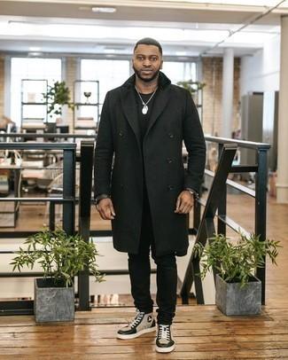 warm Wetter Outfits Herren 2020: Erwägen Sie das Tragen von einem schwarzen Mantel und schwarzen Jeans, wenn Sie einen gepflegten und stylischen Look wollen. Suchen Sie nach leichtem Schuhwerk? Komplettieren Sie Ihr Outfit mit hellbeige hohen Sneakers aus Leder für den Tag.