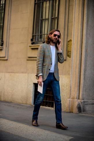 Dunkelbraune Chelsea Boots aus Leder kombinieren – 500+ Herren Outfits: Kombinieren Sie einen braunen Mantel mit Hahnentritt-Muster mit dunkelblauen Jeans, wenn Sie einen gepflegten und stylischen Look wollen. Schalten Sie Ihren Kleidungsbestienmodus an und machen dunkelbraunen Chelsea Boots aus Leder zu Ihrer Schuhwerkwahl.