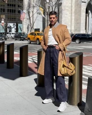 Weiße Sportschuhe kombinieren – 500+ Herren Outfits: Vereinigen Sie einen camel Mantel mit dunkelblauen Jeans, um einen eleganten, aber nicht zu festlichen Look zu kreieren. Wenn Sie nicht durch und durch formal auftreten möchten, entscheiden Sie sich für weißen Sportschuhe.