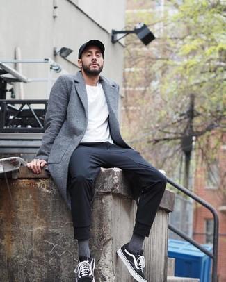Wie kombinieren: grauer Mantel, weißes T-Shirt mit einem Rundhalsausschnitt, schwarze Jogginghose, schwarze und weiße Segeltuch niedrige Sneakers