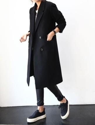 Wie kombinieren: schwarzer Mantel, weißes T-Shirt mit einem Rundhalsausschnitt, schwarze Lederleggings, schwarze niedrige Sneakers