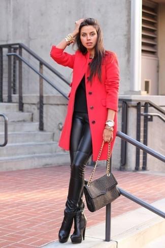 Wie kombinieren: roter Mantel, schwarzes T-Shirt mit einem Rundhalsausschnitt, schwarze Lederleggings, schwarze Leder Stiefeletten