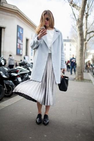 Wie kombinieren: hellblauer Mantel, weißes T-Shirt mit einem Rundhalsausschnitt, silberner Falten Midirock, schwarze Leder Slipper