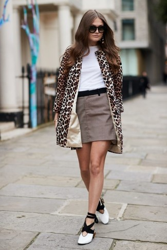 Wie kombinieren: beige Mantel mit Leopardenmuster, weißes T-Shirt mit einem Rundhalsausschnitt, brauner Minirock mit Karomuster, weiße und schwarze Leder Pumps