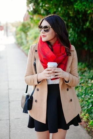 Wie kombinieren: hellbeige Mantel, weißes T-Shirt mit einem Rundhalsausschnitt, schwarzer Skaterrock, schwarze Leder Umhängetasche