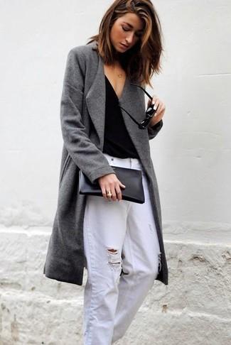 Wie kombinieren: grauer Mantel, schwarzes T-Shirt mit einem V-Ausschnitt, weiße Boyfriend Jeans mit Destroyed-Effekten, schwarze Leder Clutch