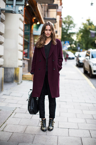 Wie kombinieren: dunkellila Mantel, schwarzes T-Shirt mit einem V-Ausschnitt, schwarze enge Hose, schwarze beschlagene Leder Stiefeletten