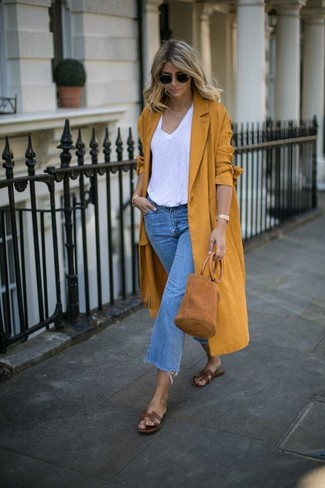 Dunkelblauen Hosenrock aus Jeans kombinieren – 24 Damen Outfits: Probieren Sie die Kombination aus einem senf Mantel und einem dunkelblauen Hosenrock aus Jeans, um ein frischen Casual-Outfit zu erzeugen. Fühlen Sie sich ideenreich? Komplettieren Sie Ihr Outfit mit braunen flachen Sandalen aus Leder.