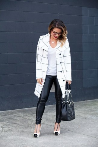 Wie kombinieren: weißer und schwarzer Mantel mit Karomuster, weißes T-Shirt mit einem V-Ausschnitt, schwarze Lederleggings, weiße und schwarze Leder Pumps
