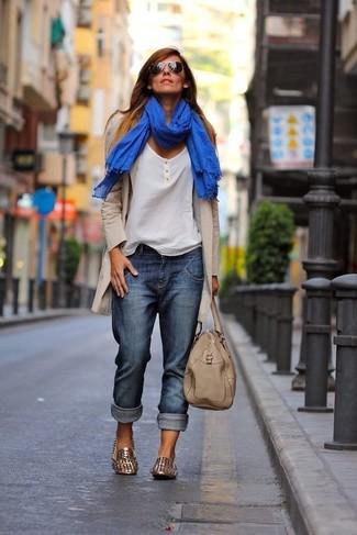 Beige Shopper Tasche aus Leder kombinieren – 274 Damen Outfits: Wenn Sie einen ultralässigen Alltags-Look zaubern müssen, macht die Kombination aus einem hellbeige Mantel und einer beige Shopper Tasche aus Leder Sinn. Goldene beschlagene Leder Slipper sind eine einfache Möglichkeit, Ihren Look aufzuwerten.
