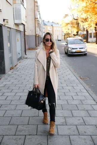Beige Schnürstiefeletten aus Wildleder kombinieren – 14 Damen Outfits: Kombinieren Sie einen hellbeige Mantel mit schwarzen engen Jeans, um einen lässigen, aber dennoch schicken Look zu erhalten. Beige Schnürstiefeletten aus Wildleder sind eine gute Wahl, um dieses Outfit zu vervollständigen.