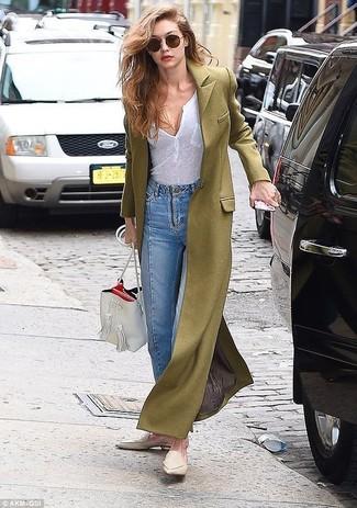 Wie kombinieren: olivgrüner Mantel, weißes T-shirt mit einer Knopfleiste, hellblaue Jeans, hellbeige Leder Slipper