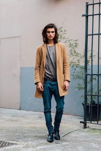 Graues T-shirt mit einer Knopfleiste kombinieren: Tragen Sie ein graues T-shirt mit einer Knopfleiste und blauen Jeans für ein Alltagsoutfit, das Charakter und Persönlichkeit ausstrahlt. Schwarze Chelsea-Stiefel aus Leder bringen Eleganz zu einem ansonsten schlichten Look.