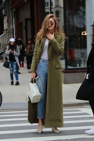 Wie kombinieren: olivgrüner Mantel, weißes T-shirt mit einer Knopfleiste, hellblaue Jeans, hellbeige Leder Pantoletten