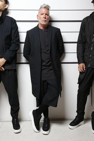 Schwarzen Mantel kombinieren – 4 Sommer Herren Outfits: Die modische Kombination aus einem schwarzen Mantel und schwarzen Shorts ist perfekt für einen Tag im Büro. Bringen Sie die Dinge durcheinander, indem Sie schwarzen und weißen Leder niedrige Sneakers mit diesem Outfit tragen. Schon haben wir ein cooler Look im Sommer.
